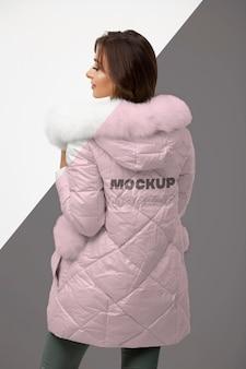 Mulher de tiro médio usando jaqueta de inverno