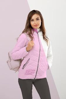 Mulher de tiro médio usando jaqueta