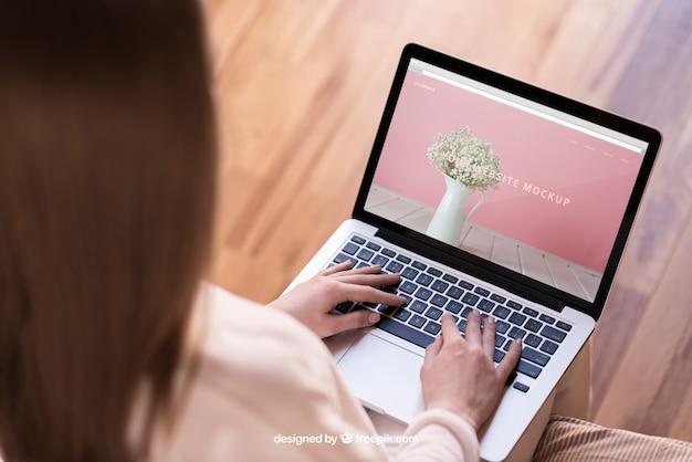 Mulher digitando no laptop
