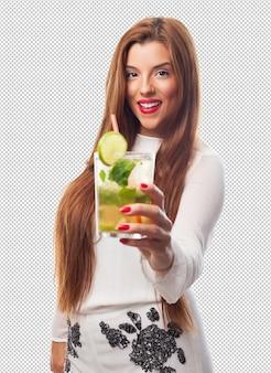 Mulher elegante, bebendo um mojito