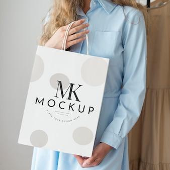 Mulher em close-up com maquete de sacola de compras