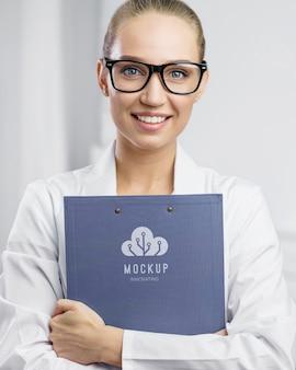Mulher em tiro médio segurando um documento