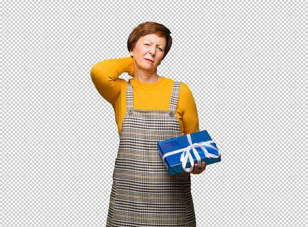 Mulher envelhecida média que comemora o dia dos namorados que sofre a dor de garganta