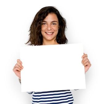 Mulher espera espaço de cópia de placa de papel em branco
