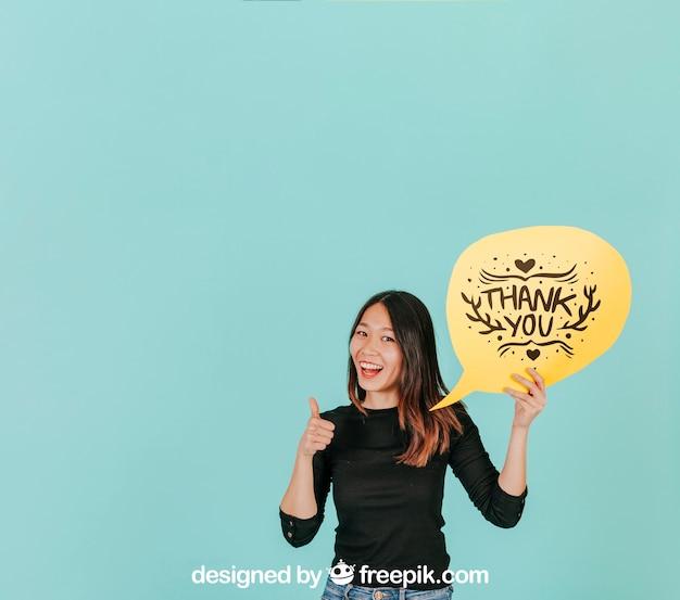 Mulher fazendo sinal de ok com maquete de bolha do discurso
