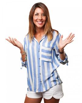 Mulher feliz com óculos e shorts