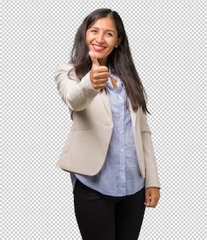 Mulher indiana de negócios jovem alegre e animada, sorrindo e levantando o dedo