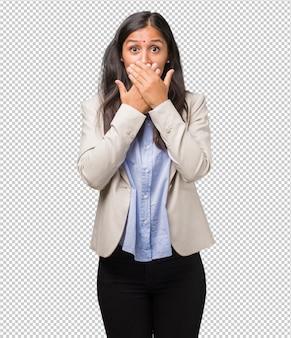 Mulher indiana de negócios jovem, cobrindo a boca, símbolo de silêncio e repressão, tentando não dizer nada
