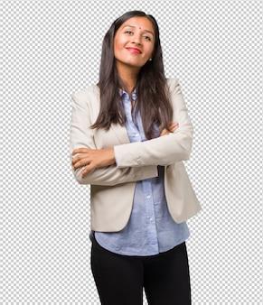 Mulher indiana de negócios jovem cruzando os braços, sorrindo e feliz, sendo confiante e amigável