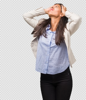 Mulher indiana de negócios jovem frustrada e desesperada, irritada e triste com as mãos na cabeça