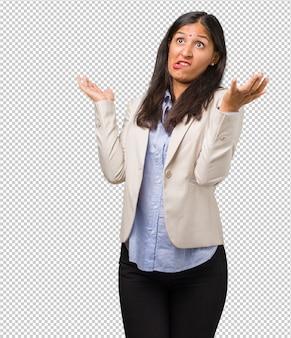 Mulher indiana de negócios jovem louco e desesperado, gritando fora de controle