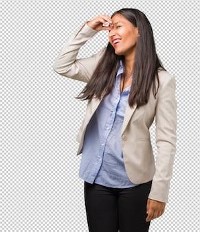 Mulher indiana de negócios jovem rindo e se divertindo, sendo relaxado e alegre, sente-se confiante e bem sucedida
