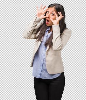 Mulher indiana de negócios jovem surpresa e chocada, olhando com os olhos arregalados, animada por uma oferta ou por um novo emprego