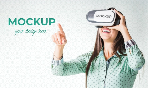 Mulher jogando um jogo de realidade virtual usando óculos de proteção