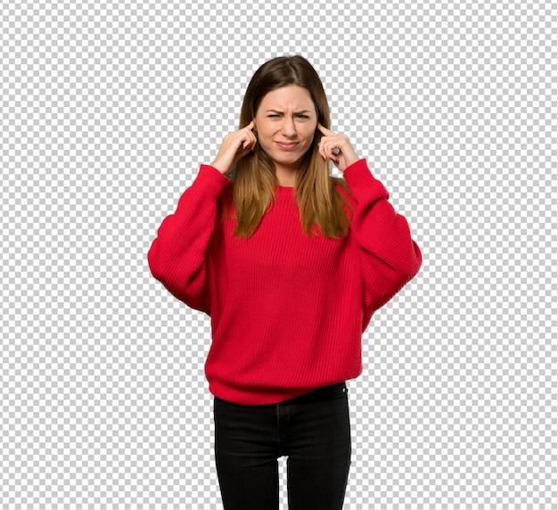 Mulher jovem, com, camisola vermelha, frustrado, e, cobertura, orelhas, com, mãos