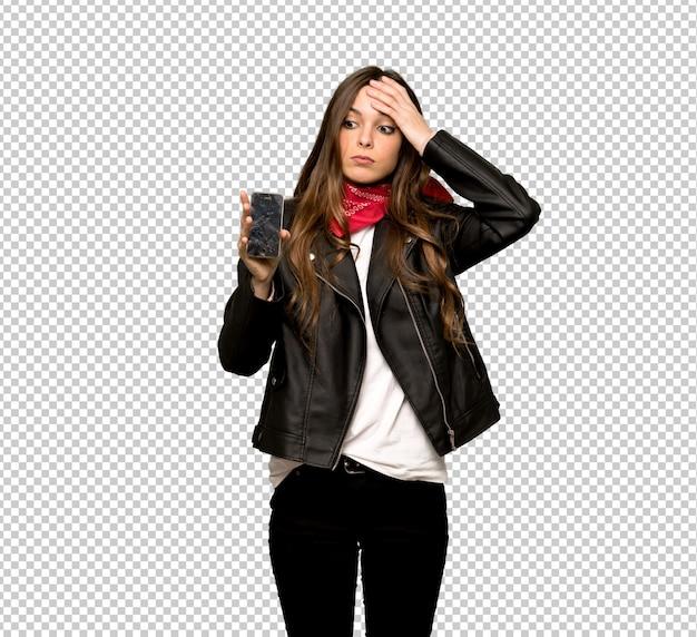 Mulher jovem, com, casaco couro, com, perturbado, segurando, quebrada, smartphone