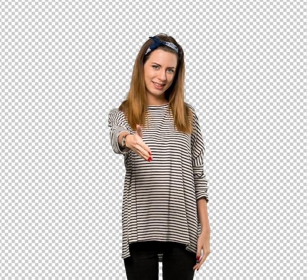 Mulher jovem, com, headscarf, apertar mão, para, encerramento, um, bom negócio