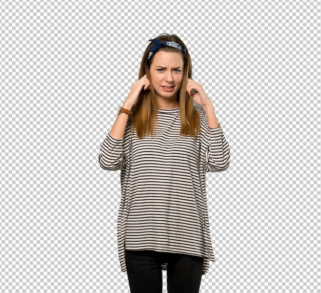 Mulher jovem, com, headscarf, frustrado, e, cobertura, orelhas, com, mãos