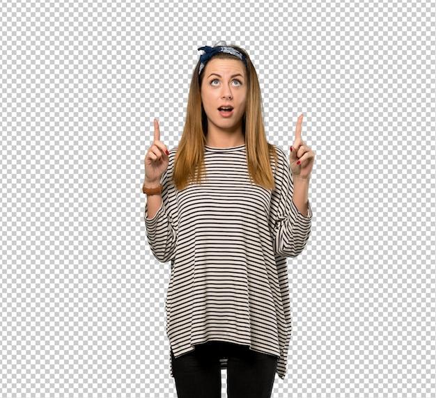 Mulher jovem, com, headscarf, surpreendido, e, apontar cima