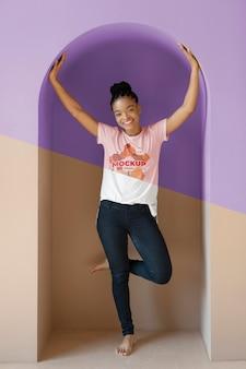 Mulher jovem com modelo de t-shirt