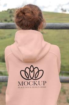 Mulher jovem com um casaco com capuz