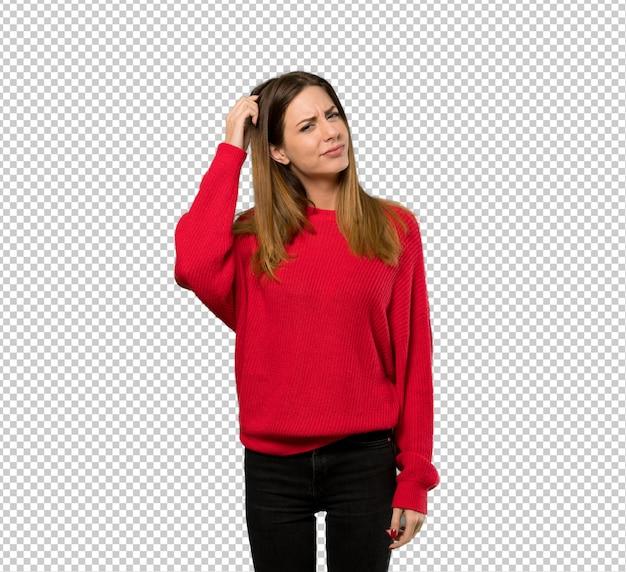 Mulher jovem, com, vermelho, suéter, tendo, dúvidas, enquanto, coçando cabeça