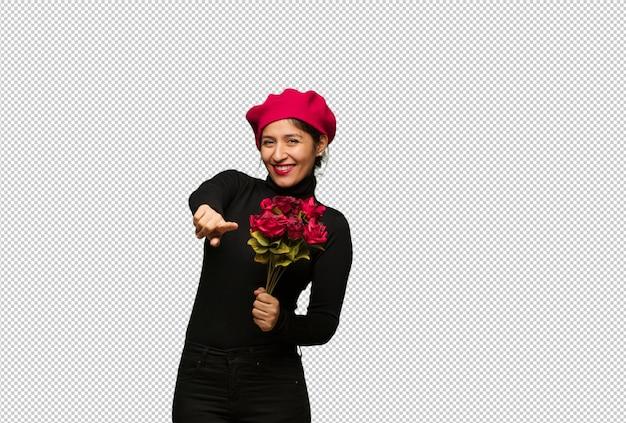 Mulher jovem, em, valentines day, alegre, e, sorrindo