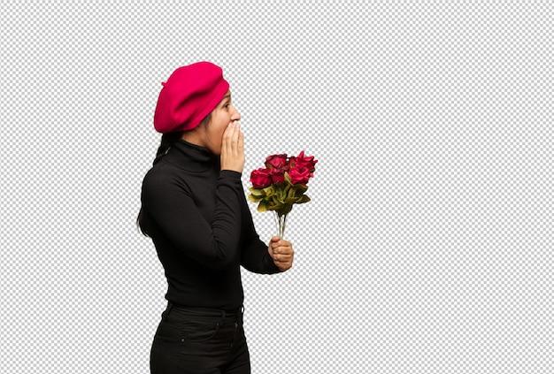 Mulher jovem, em, valentines day, sussurrando, fofoca, undertone