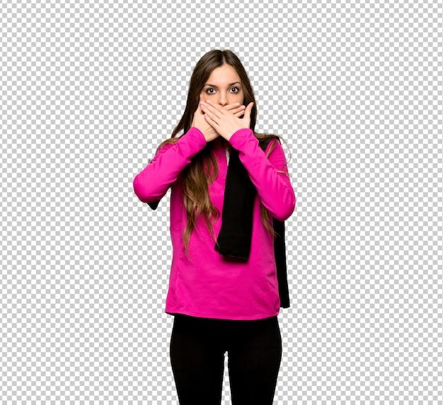Mulher jovem esporte cobrindo a boca com as mãos para dizer algo inadequado