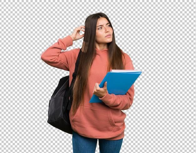 Mulher jovem, estudante, segurando, cadernos, tendo, dúvidas, enquanto, coçar cabeça