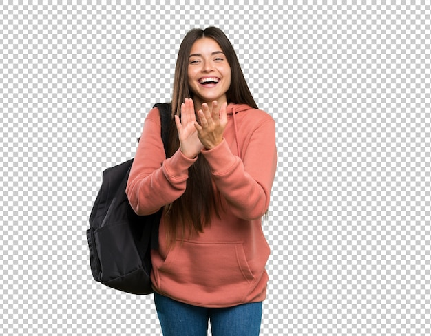 Mulher jovem estudante segurando os cadernos aplaudindo depois da apresentação em uma conferência