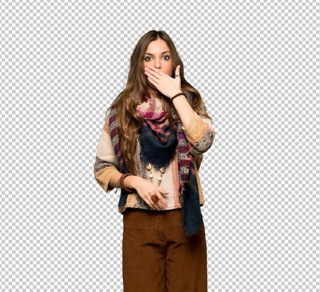 Mulher jovem hippie cobrindo a boca com as mãos para dizer algo inadequado