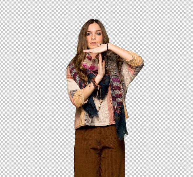Mulher jovem hippie fazendo parada gesto com a mão para parar um ato