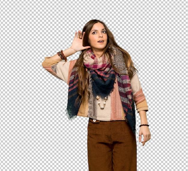 Mulher jovem hippie ouvindo algo, colocando a mão sobre a orelha