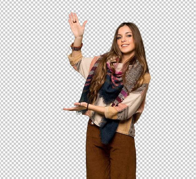 Mulher jovem hippie segurando copyspace para inserir um anúncio