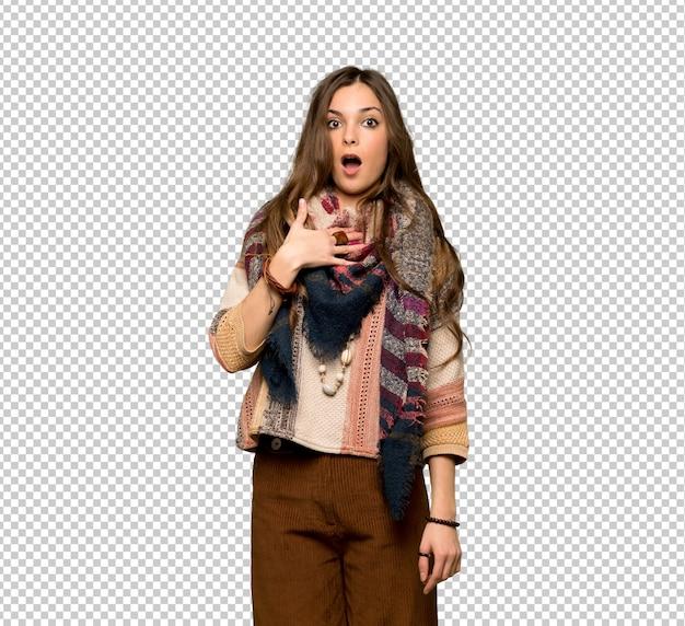 Mulher jovem hippie surpreso e chocado ao olhar para a direita