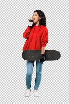 Mulher jovem patinadora gritando com a boca aberta
