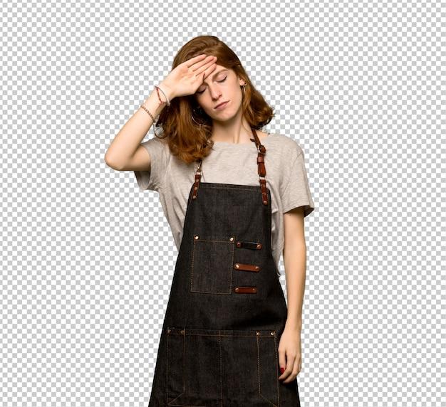 Mulher jovem ruiva com avental com expressão cansado e doente