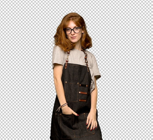 Mulher jovem ruiva com avental com óculos e sorrindo