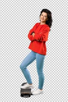 Mulher jovem skatista com moletom vermelho