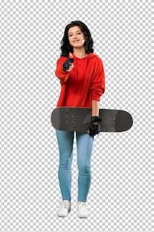 Mulher jovem skatista com polegares para cima, porque algo de bom aconteceu