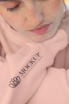 Mulher jovem usando uma maquete de moletom com capuz e manga comprida