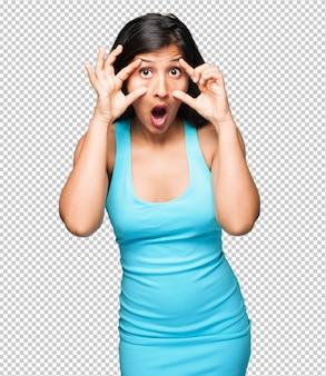 Mulher latina, abrindo os olhos surpreso