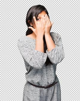 Mulher latina, cobrindo os olhos