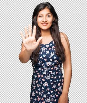 Mulher latina fazendo o gesto número cinco