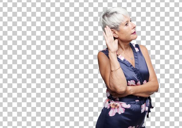 Mulher legal sênior prestando atenção, tentando ouvir e ouvir o que está sendo dito, emprestando uma orelha.
