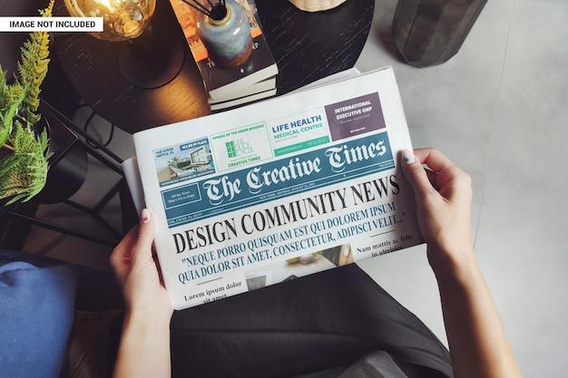Mulher lendo maquete de jornal de negócios