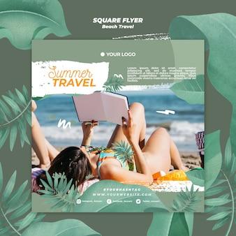 Mulher lendo panfleto quadrado de viagens de verão