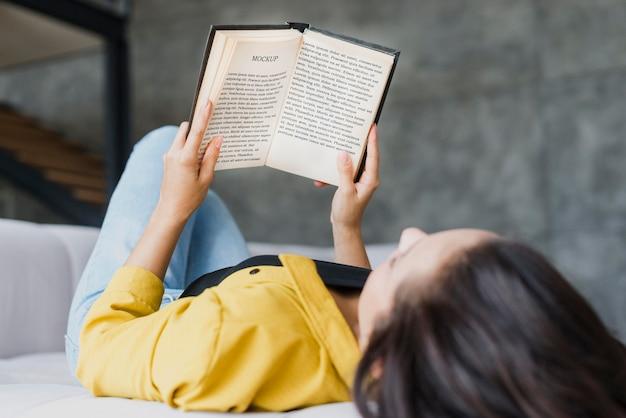 Mulher lendo uma maquete de livro