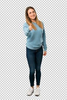 Mulher loira com camisa azul apertando as mãos para fechar um bom negócio